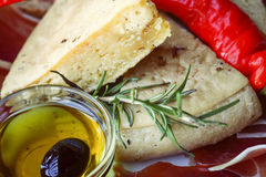 Antipasto τυριών και κρέατος με τις ελιές Στοκ Φωτογραφία
