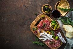 Antipasto - carne affettata, prosciutto, salame, olive e vista superiore del vino immagine stock
