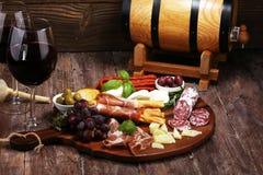 Antipasto divers voorgerecht Scherpe raad met prosciutto, salami, kaas, brood en olijven op donkere houten achtergrond royalty-vrije stock fotografie
