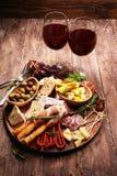 Antipasto divers voorgerecht Scherpe raad met prosciutto, salami, kaas, brood en olijven op donkere houten achtergrond stock afbeeldingen