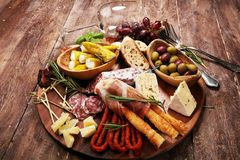 Antipasto divers voorgerecht Scherpe raad met prosciutto, salami, kaas, brood en olijven op donkere houten achtergrond royalty-vrije stock foto