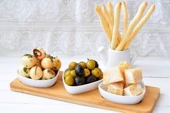 Antipasto, ei, olijven, chesse, divers traditioneel het voorgerechtvoedsel van Parma stock fotografie
