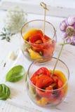 antipasto Insalata di verdure: peperone dolce tricolore arrostito, due verrines fotografia stock