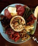 Antipasto italiano de la llamada de la comida de la casa imagen de archivo