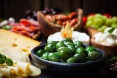 Antipasto mit grünen Oliven Stockfotos