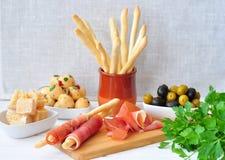 Antipasto, uovo, olive, chesse, vario alimento dell'aperitivo di Parma tradizionale Fotografia Stock