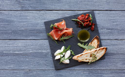 Antipasto van de cateringsschotel met prosciutto en mozarella stock fotografie