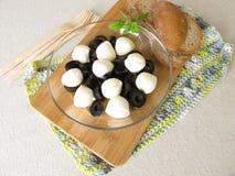 Antipasto z czarnymi oliwkami i mozzarella piłkami w oliwa z oliwek Obraz Royalty Free