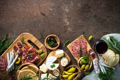 Antipastomatvaruaffär - kött, ost, oliv och vin på stenen royaltyfria bilder