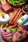 Antipastoverpflegungsmehrlagenplatte mit Fleisch- und Käseprodukten lizenzfreies stockbild