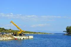 Antipaxos港口在希腊海岛上的一台移动式起重机 免版税图库摄影