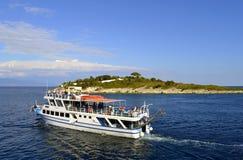 Antipaxos港口维基F2游轮 免版税库存照片