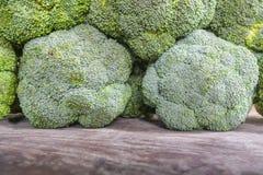Antipickel durch das Essen des Brokkolis Lizenzfreie Stockbilder