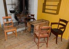 Antiquarische Möbel nahe der Ecke mit einem Ofen stockfotografie