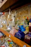antique разливает полку по бутылкам Стоковые Изображения RF