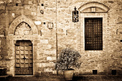 Antique doorway to the Tuscan house Royalty Free Stock Images