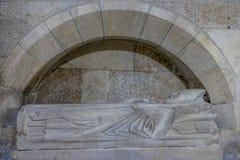 Antique, enterrement dans la pierre d'un évêque chrétien dans l'o intérieur images stock