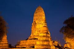 Antique esquintez le temple bouddhiste de Wat Ratcha Burana dans l'illumination Ayutthaya de nuit thailand Photo libre de droits