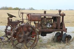 Old farm tractor. Antique farm tractor sitting in a field, rusting away Stock Photography