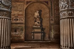 Antique statue near a wall Royalty Free Stock Photos
