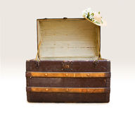 Antique steamer trunk with straw hat Stock Photography