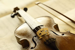 Antique violin with fiddlestick Royalty Free Stock Images