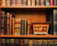 antiques Livros e caixa de madeira fotos de stock royalty free