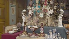Antiquitätengeschäft-Abendessen-Satz-alte Uhr-keramische Zahlen ölen Lampen stock video footage