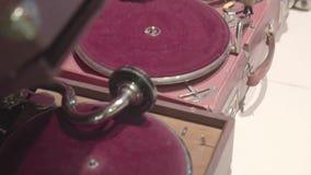 Antiquitätengeschäft altes unterschiedliches Phonographes stock footage