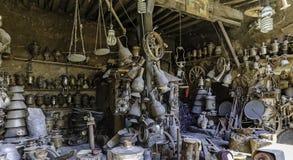 Antiquitätengeschäft in den Dorfhaushaltsartikeln Lahij Aserbaidschan Lizenzfreies Stockfoto