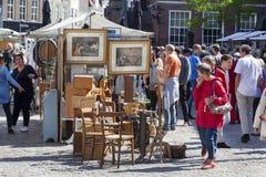 Antiquitätens- und Neugiermarkt auf dem Groenmarkt in Zutphen stockfotografie