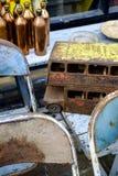 Antiquités collectables à vendre au marché de Portobello Photos stock
