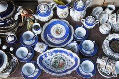 Antiquités du 19ème siècle à vendre sur un marché aux puces à Tbilisi image libre de droits