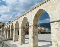 Antiquiteit aqueduc in het Italiaans stad Sulmona stock foto's
