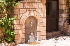 Antiquiteit de waterkraan in het dorp Siurana DE Prades, Tarragona, Catalunya, Spanje royalty-vrije stock fotografie