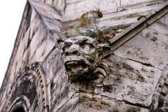 Antiquiteit die decoratieve elementenvoorgevel bouwen royalty-vrije stock afbeeldingen