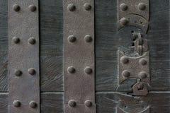 Antiquiteit doorstane metaal zware poort stock afbeelding
