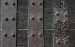 Antiquiteit doorstane metaal zware poort royalty-vrije stock afbeeldingen