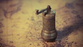 Antiquiteit Gegraveerde Metaal Hand Roterende Maalmachine royalty-vrije stock foto's