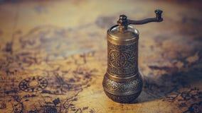 Antiquiteit Gegraveerde Metaal Hand Roterende Maalmachine stock fotografie