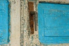 Antiquiteit gesloten deur met het handvat van de metaaldeur en trillende wit-bluverf royalty-vrije stock foto's