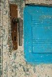 Antiquiteit gesloten deur met het handvat van de metaaldeur en trillende wit-bluverf royalty-vrije stock foto