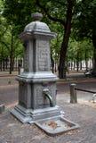 Antiquiteit gesmede kolom voor drinkwater in Holland stock afbeeldingen