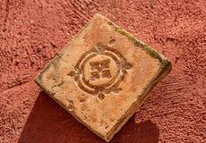 Antiquiteit gesneden steen op een rode oppervlakte royalty-vrije stock foto