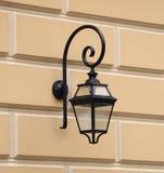 Antiquiteit van de straat de aan de muur bevestigde elektrische lantaarn royalty-vrije stock fotografie