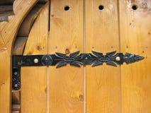 Antiquiteit verfraaide klinknagel op houten deur stock foto