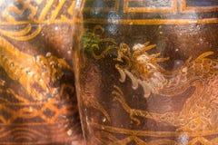 Antiquiteit verglaasde waterkruik met draakpatroon stock afbeelding