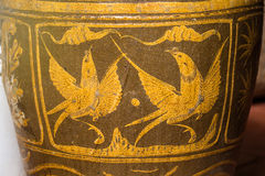 Antiquiteit verglaasde waterkruik met vogelpatroon royalty-vrije stock afbeeldingen