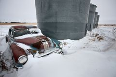 Antiquiteit verlaten auto Pontiac stock afbeelding