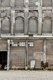 Antiquiteit verlaten baksteen en concrete pakhuisvoorgevel noorwegen royalty-vrije stock fotografie